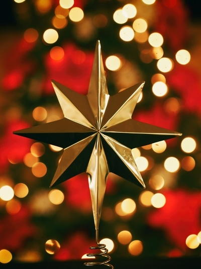 Bokeh Fotografie von Gold Star Tree Topper