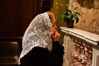 Girl with veil in Santo Spirito in Sassia, Rome