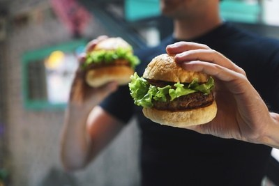 Homme Holding Burgers