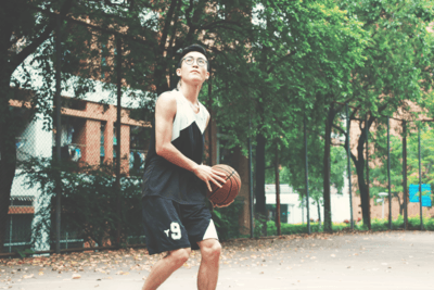 Homme Tenant Basketball Rouge