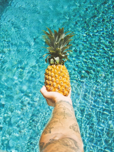 Person mit Ananas-Frucht